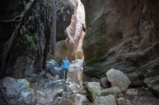 Turista em avakas gorge. distrito de paphos, chipre. famoso pequeno cânion em sounh chipre.