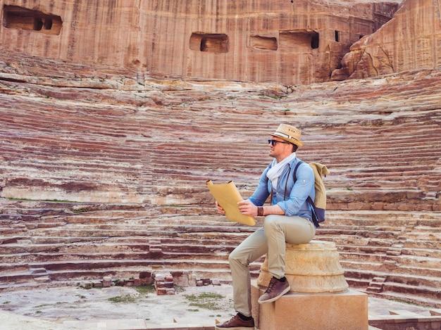 Turista em uma cidade de petra na jordânia