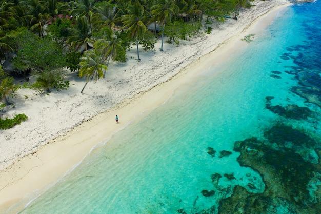 Turista em uma praia tropical nas filipinas
