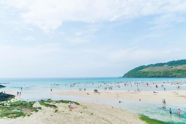 Turista enjoied no mar na praia hamdeok