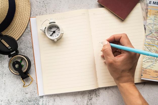 Turista escrevendo em uma agenda em branco