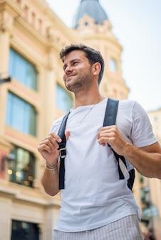 Turista feliz com mochila na cidade