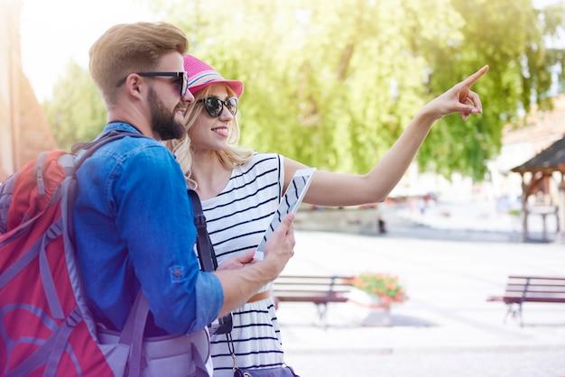 Turista feliz na cidade
