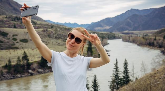 Turista feliz sorrindo para a câmera do celular