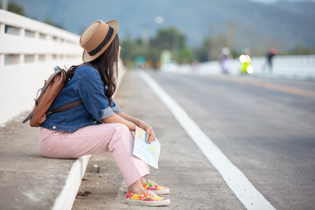 Turista feminina amarrou a corda de sapato