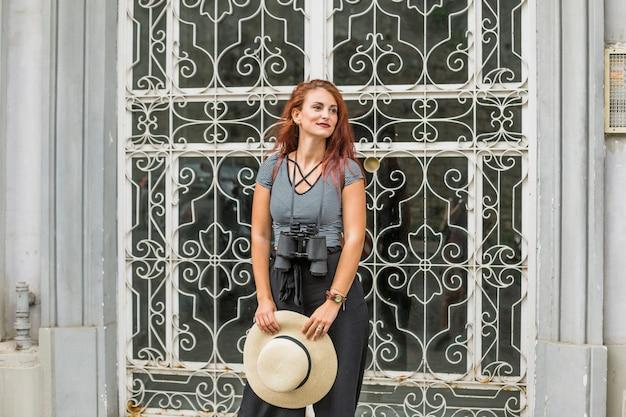 Turista feminina com binóculos