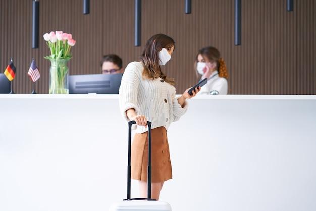 Turista feminina esperando na recepção do hotel
