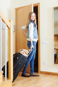 Turista feminino com bagagem