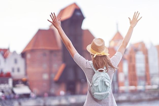Turista feminino passeando por gdansk na polônia no verão