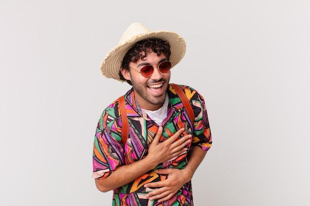Turista hispânico rindo alto de uma piada hilária, sentindo-se feliz e alegre, se divertindo