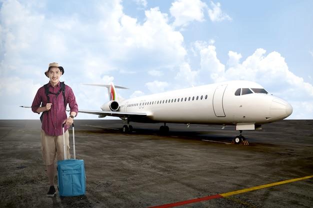 Turista masculino asiático