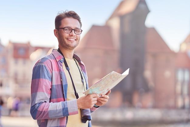 Turista masculino em máscara de turismo gdansk polónia no verão