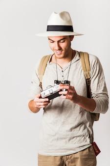 Turista moderno obteve uma câmera vintage