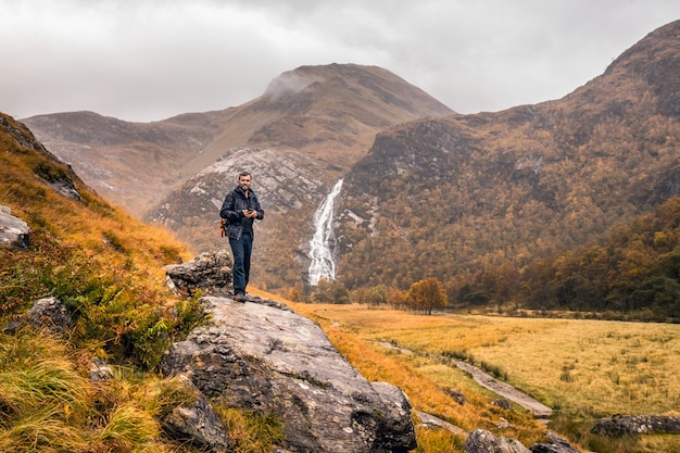 Turista na escócia sobre a rocha