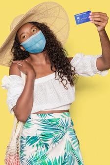 Turista na máscara de férias de verão no novo normal