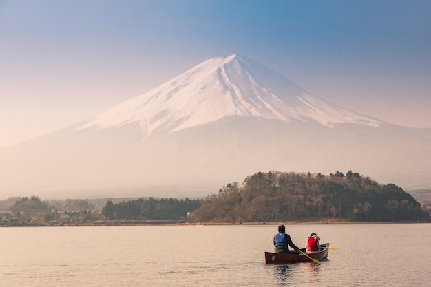 Turista no barco no lago kawaguchi perto da montanha fuji no japão