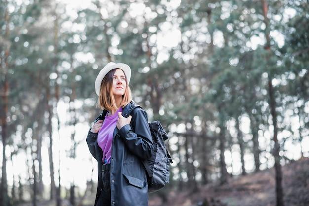 Turista no chapéu a desviar o olhar Foto gratuita