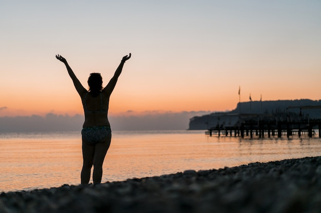 Turista no nascer do sol torcendo