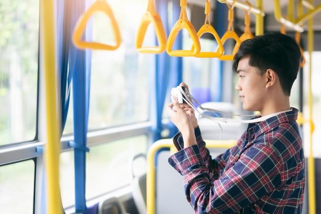 Turista no ônibus, tirar uma foto da cidade.