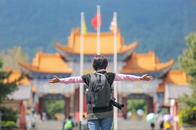 Turista no templo de chongsheng na cidade velha de dali, yunnan, china