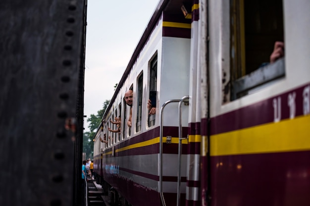 Turista no trem através da ponte do rio kwai
