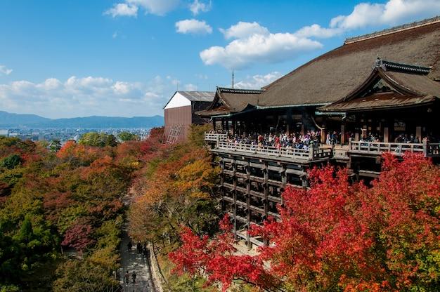 Turista observar as cores anuais de outono no templo kiyomizu-dera em kyoto
