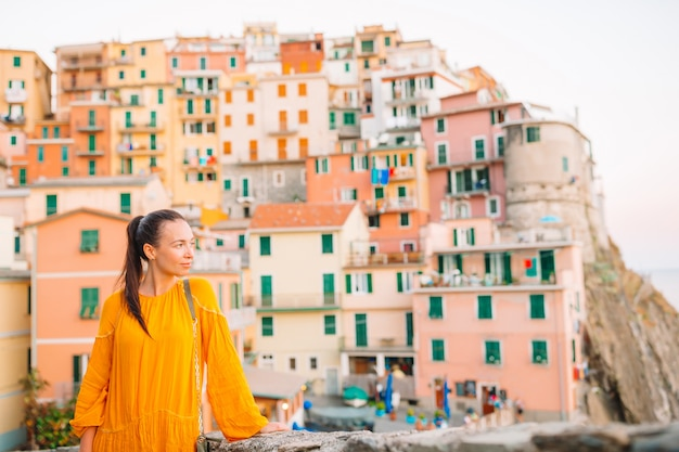 Turista, olhando a vista panorâmica de manarola, cinque terre, ligúria, itália