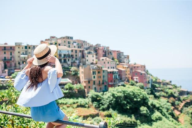 Turista, olhar, vista cênica, de, manarola, cinque terre, liguria, itália