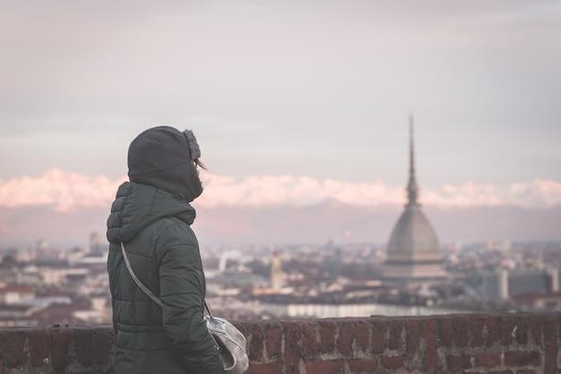 Turista, olhar, vista panoramic, de, torino, (turin, italy), de, sacada, acima