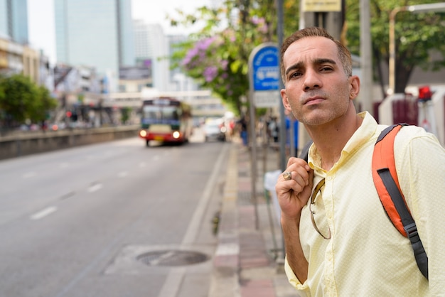 Turista persa bonito explorando a cidade de bangkok, tailândia