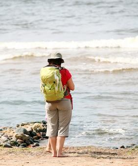 Turista perto do mar
