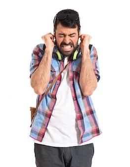 Turista que cobre seus ouvidos