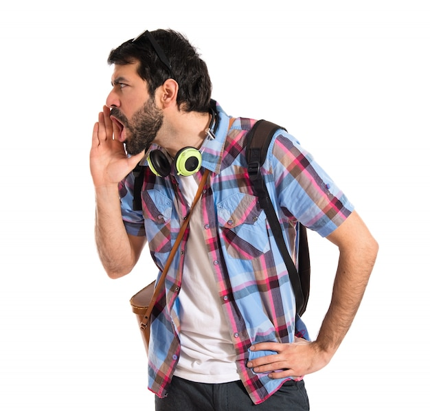 Turista que grita sobre o fundo branco