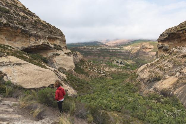 Turista que trekking em fuga marcada no parque nacional das montanhas do golden gate, áfrica do sul.