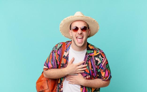 Turista rindo alto de uma piada hilária, sentindo-se feliz e alegre, se divertindo