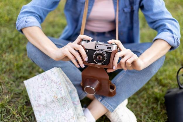 Turista segurando a câmera ao ar livre