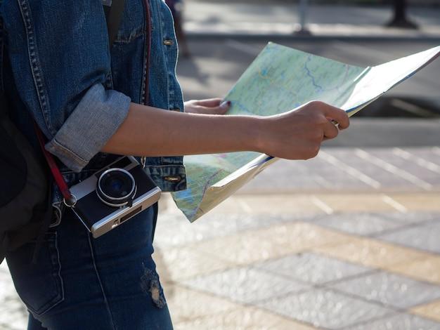 Turista segurando o mapa.