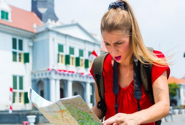 Turista sendo perdido em jacarta, na indonésia