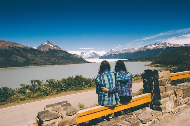 Turista senta na passarela em frente ao perito moreno argentina