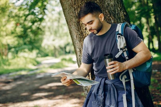 Turista tem um descanso em uma floresta de verão