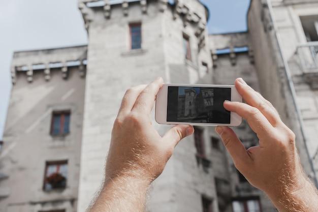 Turista tirando foto de perigueux, frança