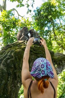 Turista tirando fotos de macacos