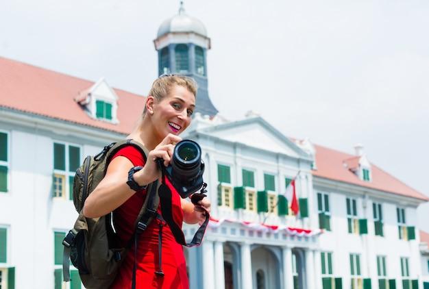Turista tirando fotos de passeios em jacarta, na indonésia