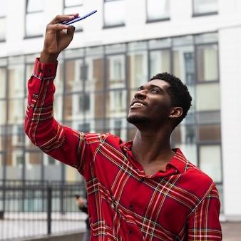 Turista tirando uma selfie perto de um prédio