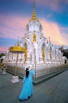 Turista visitando wat khua khrae em chiang rai, tailândia