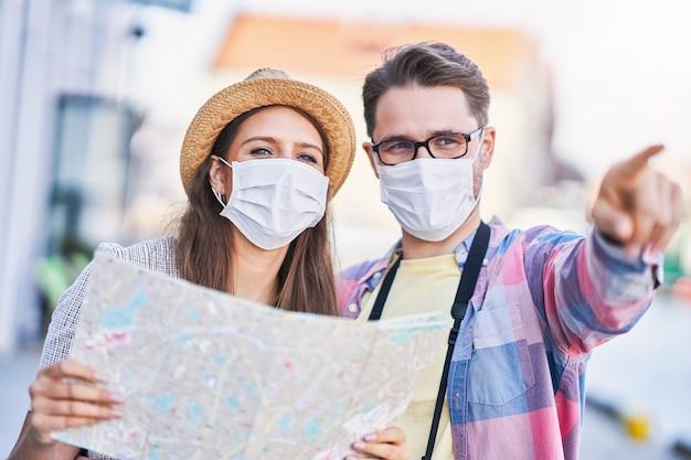 Turistas adultos felizes com máscaras, visitando gdansk na polônia no verão Foto Premium