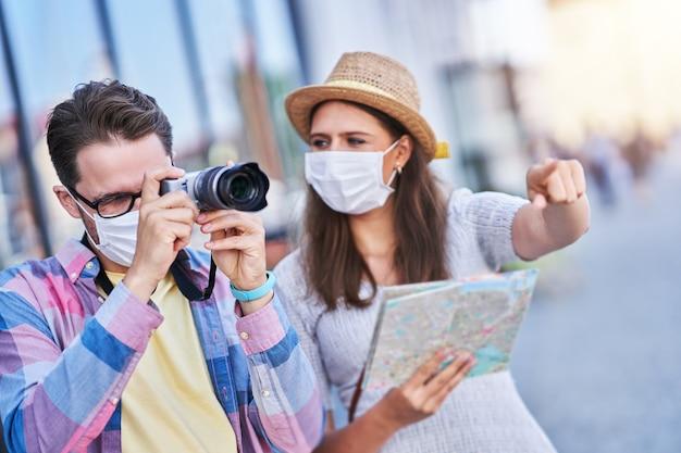 Turistas adultos felizes com máscaras, visitando gdansk na polônia no verão