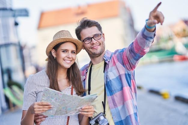 Turistas adultos felizes visitando gdansk na polônia no verão
