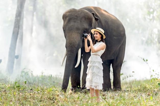 Turistas andando e tirando fotos da casa áreas rurais da tailândia