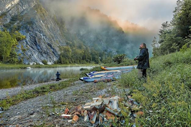 Turistas aquáticos em seu acampamento ao amanhecer.
